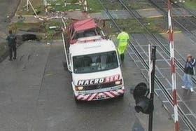 En el lugar del accidente, la policía montó un operativo para remover el auto siniestrado