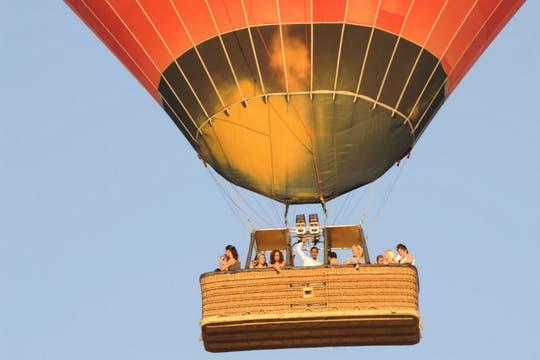 Un globo aerostático se precipitó a tierra desde unos 300 metros, matando a 18 turistas en la ciudad de Luxor, Egipto. Foto: AFP