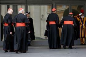 Cardenales llegan a la reunión de hoy en el Vaticano, previa al cónclave que elegirá al sucesor de Benedicto XVI