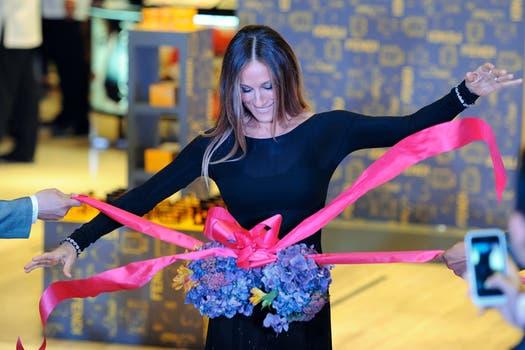 Hora de cortar la cinta. Sarah Jessica Parker, la celebrity elegida para inaugurar un shoppping en Manila.. Foto: AFP