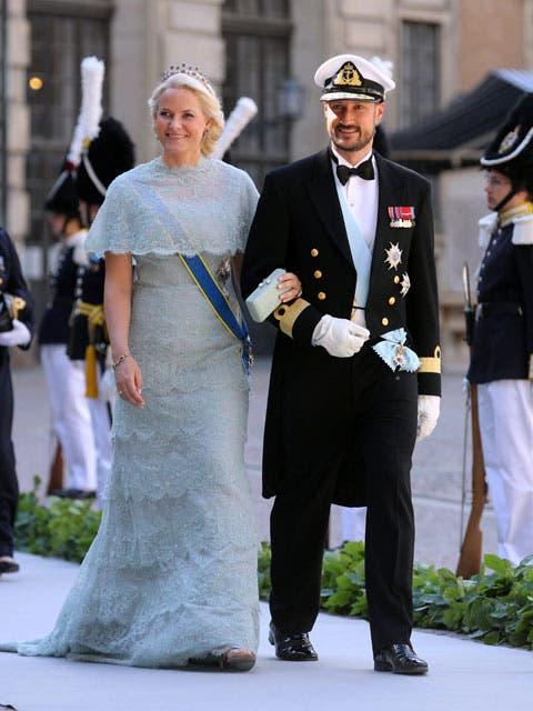 Mette-Marit de Noruega llevó una capa corta a juego con su vestido. Llegó a la capilla de la mano de su marido, el príncipe Haakon.. Foto: /AP y Getty