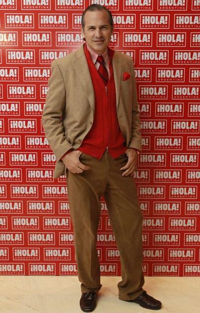 Javier Iturrioz: traje beige, sweater y corbata rojo, una combinación muy trendy. Foto: /Fabián Marelli