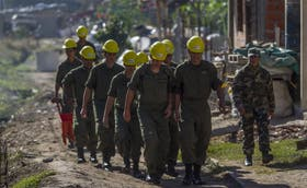 Efectivos del Ejército, ayer en la villa La Carbonilla, en La Paternal; trabajan en la urbanización del asentamiento