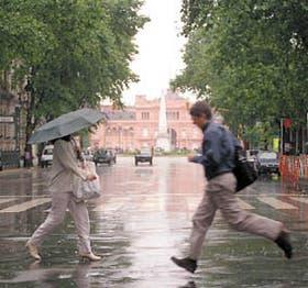 Las calles vacías y la fuerte lluvia formaron ayer la postal de la ciudad