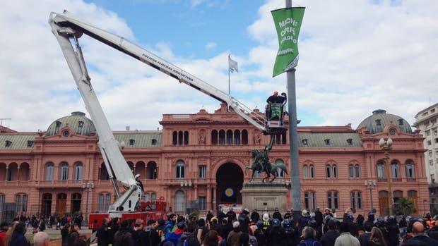 Detuvieron a 35 manifestantes de Greenpeace que protestaban contra la mina Veladero en Plaza de Mayo