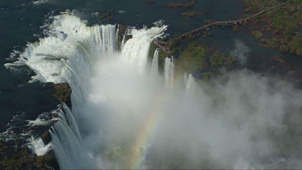 Se distrajo con el celular y cayó desde una pasarela de las Cataratas del Iguazú
