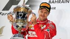 F1 Vettel y la copa obtenida en Bahrain