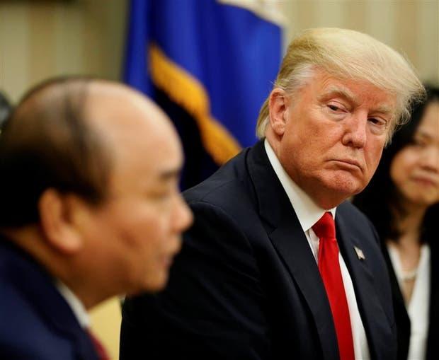 Trump, ayer, junto al primer ministro de Vietnam, Nguyen Xuan Phuc