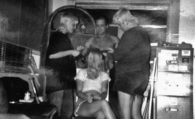 Angela, a la derecha, rapando la cabeza de una joven que era novia de un skinhead en su grupo
