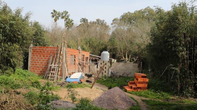 Edificaciones y tomas de terrenos en los alrededores de la estación de trenes Pereyra Iraola