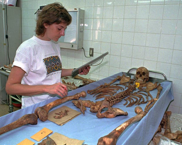La antropóloga argentina Patricia Bernardi analiza la osamenta de Guevara en julio de 1997
