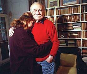 El escritor cumplió ayer 87 años y compartió el día con amigos que lo visitaron espontáneamente en su casa de Santos Lugares.