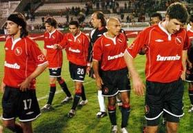 Losada, Insúa, Eluchans, Navarro Montoya, Martínez y Mustafá, en la salida de Independiente tras la derrota en Lanús
