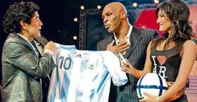 Maradona le entrega la nueva camiseta nacional a Mike Tyson