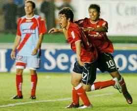 Caggiano festeja su gol y Agüero busca abrazarlo, mientras Brau se lamenta; Independiente fue eficaz
