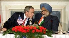 El presidente norteamericano, George W. Bush, y el premier indio, Manmohan Singh, durante la conferencia en la que anunciaron la firma del acuerdo