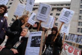 Miembros de organismos de derechos humanos esperaron la sentencia frente a los tribunales de Comodoro Py