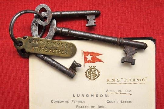 Las llaves de un camarote de primera clase y el menú de una cena forman parte de los 5000 objetos de la subasta por el centenario del viaje del Titanic. Foto: AP