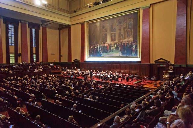 Facultad de Derecho. La imponente Aula Magna de esta casa de estudios ofrece los sábados, durante la temporada, conciertos de cámara o sinfónicos, tradición que nació en 1949