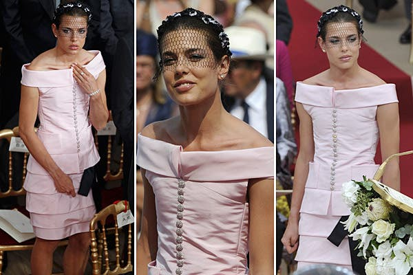 Siempre sofisticada, Charlotte Casiraghi se lució con su vestido Chanel color rosa de escote bote y falda de tablas horizontales; estaba divina, pero no se explica mucho el velo de red negro.... Foto: Reuters/AP/AFP/EFE