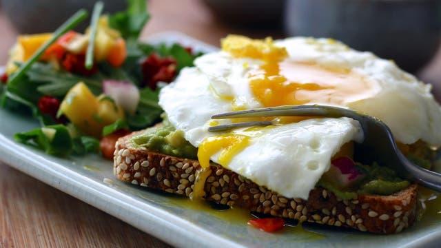 No hay que mezclar proteínas con almidones, por eso huevos (proteínas) con pan (almidones), no es recomendado