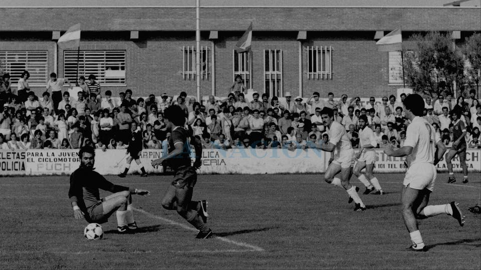 6-6-1982: en un peculiar estadio, último ensayo antes del Mundial, ante Alicante.. Foto: LA NACION