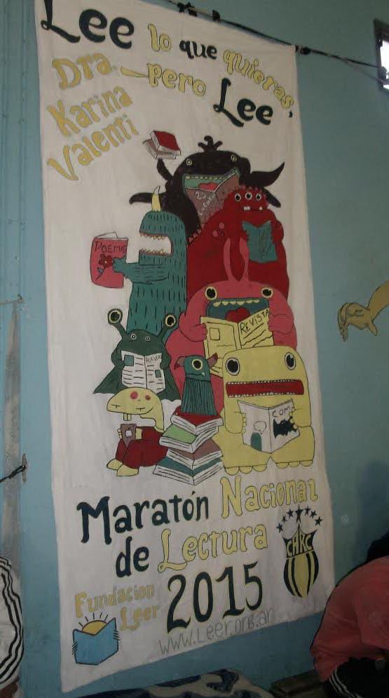 """""""Lee lo que quieras pero lee"""", dice un cartel hecho por los internos"""