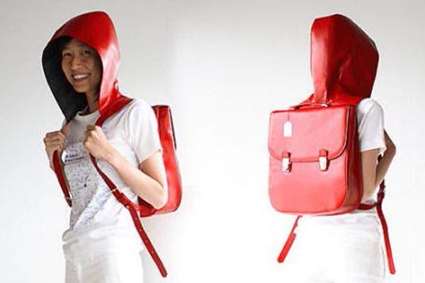 Esta mochila impermeable con capucha viene bien para cuando hace calor y no queremos usar campera. ¿La usarías?. Foto: masdemoda.com