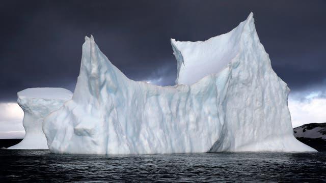 Glaciar a la deriva en la Caleta Poter, base Carlini, en la Antartida. Foto: LA NACION / Fernando Gutierrez