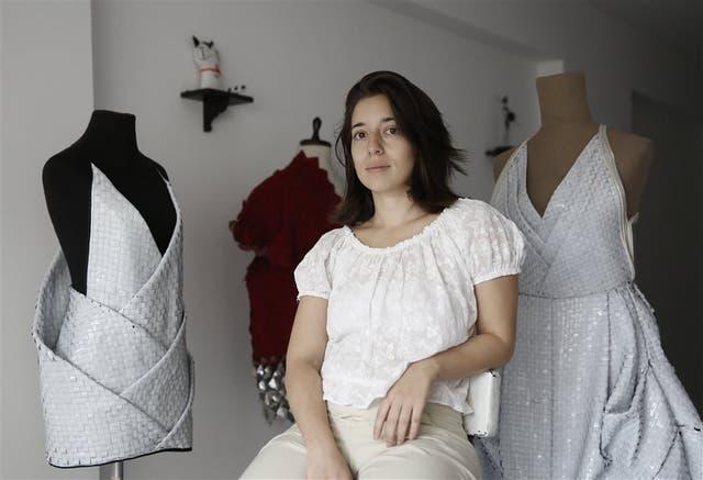 Sus vestidos son elaborados a partir de desechos
