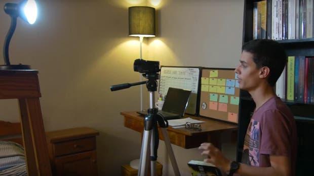 El booktuber Matías Gómez, grabando uno de sus videos