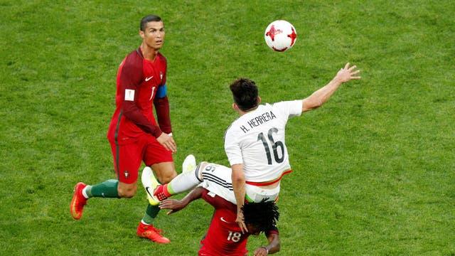 Cristiano mira la pelota