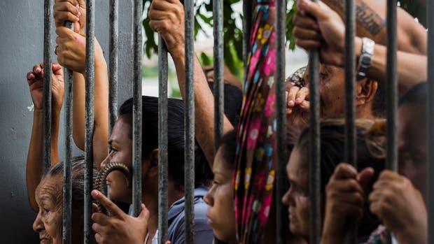 Familiares aguardan información de los presos tras un sangriento motín en Manaos