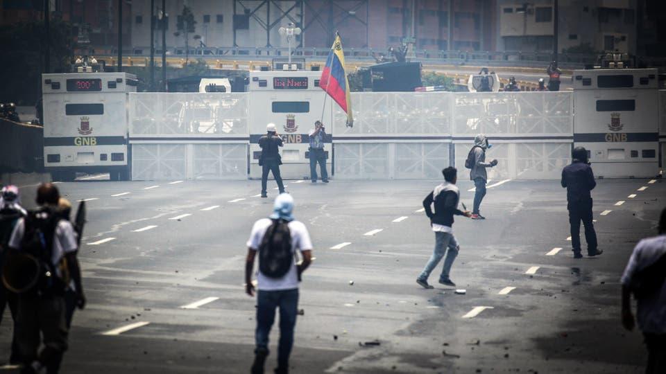 Miles de personas marchan contra el gobierno de Nicolás Maduro en Caracas. Foto: Reuters / Marco Bello