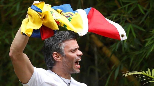 Horas después de conseguir la prisión domiciliaria Leopoldo López habló con algunos venezolanos a través del muro de su casa