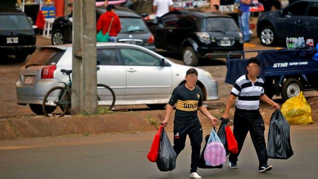 Es común en Encarnación ver gente con gran cantidad de bolsas llenas de mercadería. Foto: LA NACION / Emiliano Lasalvia /Enviado especial