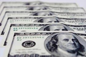 En bancos y casas de cambio, el dólar cerró en $4,27 para la venta