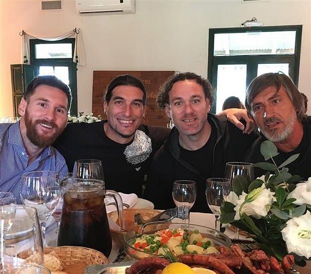 Almuerzo con amigos: Leo, Pinto, Milito y Pepe Costa degustaron diversos cortes de carne en una parrilla de la ciudad