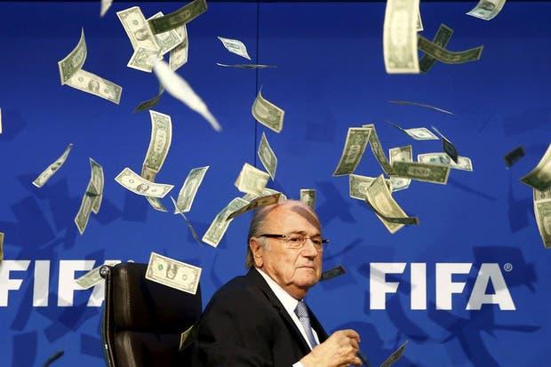 La foto del año: los dólares que le tiraron a Blatter en plena elección de FIFA
