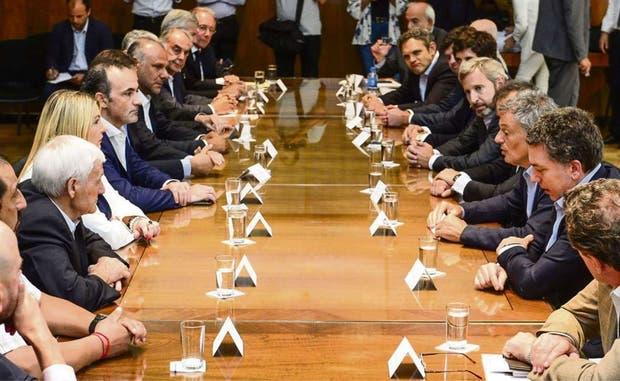Los ministros Dujovne, Cabrera y Frigerio (der.); la gobernadora Rosana Bertone, Antonio Caló (UOM) y empresarios (izq.)