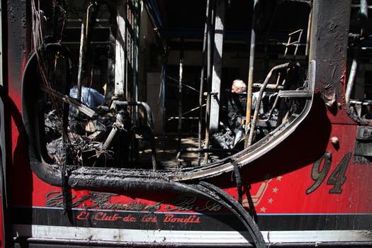 La unidad 94 quedó completamente destrozada. Foto: LA NACION / Guadalupe Aizaga
