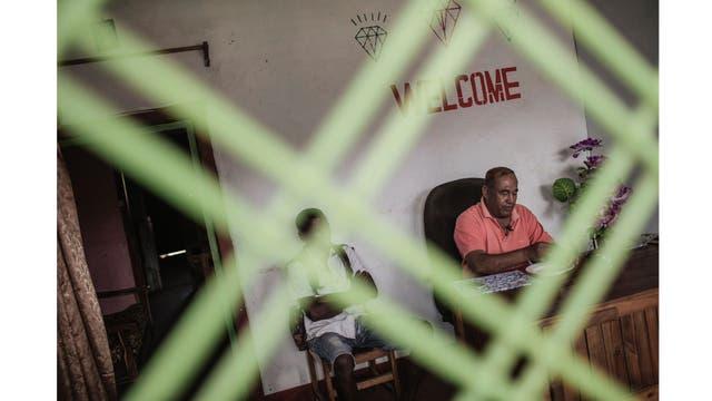 Un vendedor de Sri Lanka, en su oficina de venta de gemas en Sakaraha