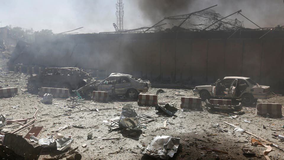 Cientos de autos destrozados en los alrededores . Foto: Reuters