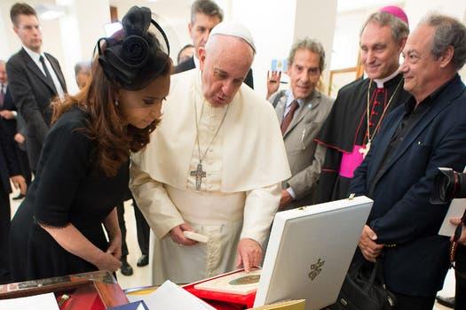 La Presidenta le regaló al Papa un retrato de Evita. Foto: AP / L''''Osservatore Romano
