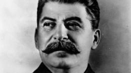 Muchas de las críticas al libro señalan que no hace referencia a los crímenes de gobiernos comunistas como el de Joseph Stalin en la Unión Soviética.