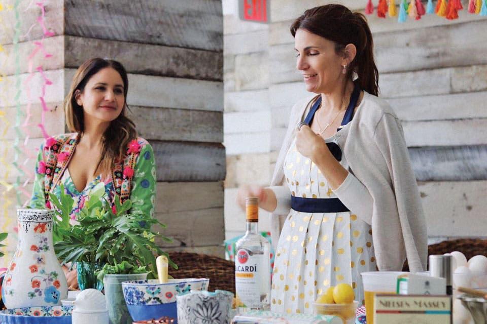 """""""En cada workshop que hacemos con Jessica [Lekerman, aquí en uno dictado en Miami] tomamos un tema diferente: invitar amigos, mesa de té, guisos y conservas, orgánico y natural, picnic de primavera, etc. Jessica da su parte de cocina y después yo doy tips sobre cómo poner la mesa o ambientar según e.  Foto:Living /Magalí Saberian"""