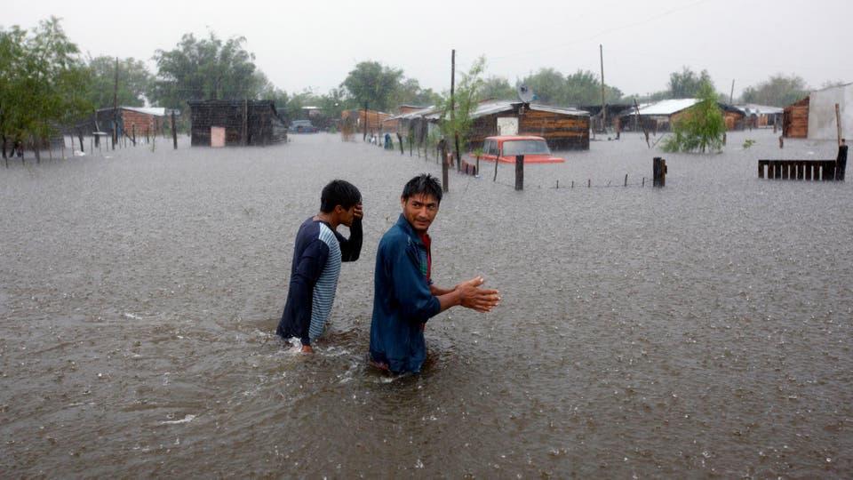 Empeora la situación de los inundados en Santa Fe. Los hermanos Nuñez atraviesan las calles de agua. Foto: LA NACION / Mauro V. Rizzi /Enviado especial