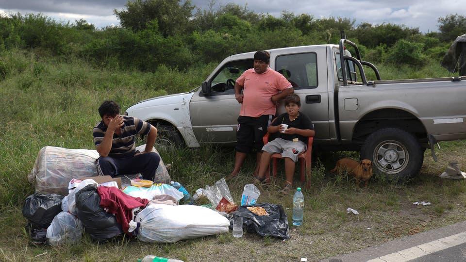 Muchas familias han pasado la noche en la ruta en las zonas que no han sido afectadas por el agua. Foto: LA NACION / Fernando Font