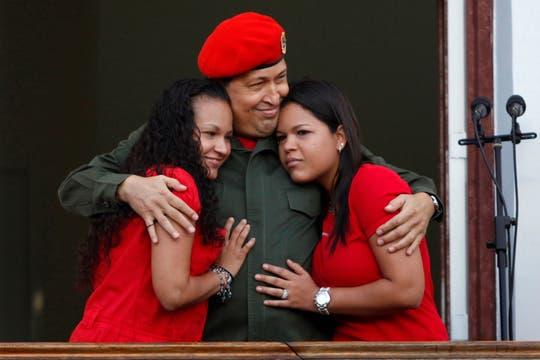 Junto a sus hijas Rosa y Maria en el balcón del Palacio Miraflores, tras recuperarse de una cirugía, en julio de 2011. Foto: Archivo