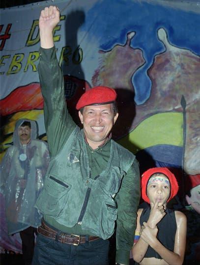 El 4 de febrero 1997 saluda a los peregrinos congregados en la plaza de Caracas para celebrar el quinto aniversario del fallido golpe de Estado de 1992. Foto: AP